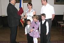 Rodina Glazerových, usazená v Cheznovicích, převzala z rukou Slavomíra Špicla, tajemníka Městského úřadu Rokycany, státní občanství.
