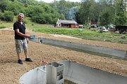 Jednatel organizace rybářského svazu v Radnicích Ivo Kraisinger ukazuje nově budované nádrže pro odchov malých pstruhů.
