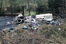 Do boje s černou skládkou se pracovníci Lesů města Ro-kycan, doplnění o pracovníky poskytnuté městským úřadem, pustili i v okolí Příbramky a žasli, co všechno se v přírodě vyskytuje. Přitom ten, kdo neoprávněně založí skládku nebo odkládá odpadky mimo vyh