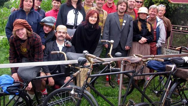 V sedlech osmi tandemů šlapali nadšenci z Volduch. V nevlídném počasí ujeli přes sedmdesát kilometrů do Dlouhé Lhoty u Klatov na sraz majitelů a příznivců historických bicyklů.