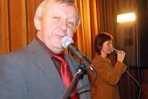 Do kulturního domu v Hrádku dorazili na předsilvestrovskou merendu muzikanti z Dobříče Václav Žákovec a zpěvačka Anička Volínová.