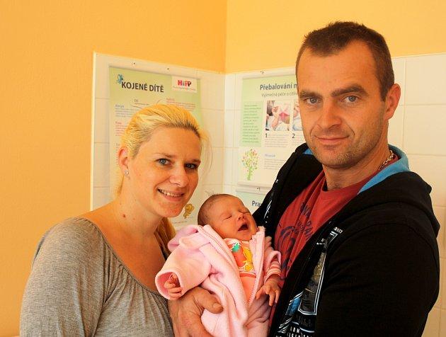 KRISTÝNA NOVÁ ze Stupna přišla na svět 15 října, sedm minut po patnácté hodině. Manželé Iva a Lukáš věděli dopředu, že i jejich druhé dítě bude holčička. Doma už mají dceru Veroniku (6 let). Kristýnce sestřičky po porodu naměřily 47 cm, navážily 3250 gr.