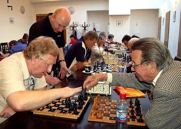Zrakově postižení šachisté absolvovali dvoudenní turnaj v centru Rokycan. Nad dodržením pravidel dohlížel rozhodčí Michal Dragoun (stojící).