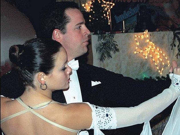 Vánoční atmosféru v sále sokolovny charakterizovala výzdoba. Tanečníci si atmosféru vychutnávali.