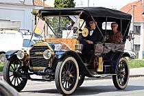 Spanilá jízda starých automobilů zavítala i do Radnic.