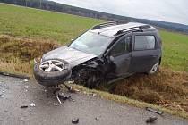 JEDNO z vozidel nedělní autonehody mezi Mýtem a Cheznovicemi. Škoda na automobilech je odhadovaná na 300 tisíc korun.