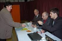 Dnes ve 14 hodin se opět otevírají dveře volebních místností. Výjimku nebudou Hůrky, kde před 14 dny komisaři Jarda Hittman, Jiří Mráček a Filip Štochl zapsali také Janu Burešovou.