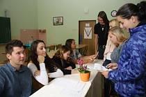 STUDENTSKÉ VOLBY 2016 se týkaly i žáků Gymnázia a Střední odborné školy Rokycany. V té před volební komisi, ve složení Jakub Roll, Petra Koucká, Pavlína Přibylová (na sním-  ku vlevo), a dohlížející garantku Hanu Kopovou (učitelka) předstoupili i Jakub Du