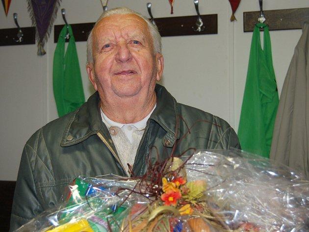 Osmdesáti let se v sobotu dožil Jan Lisý z Těškova. Muž, který stál u kolébky fotbalu v obci, byl rozladěný z prohry FC v derby s Kařezem.