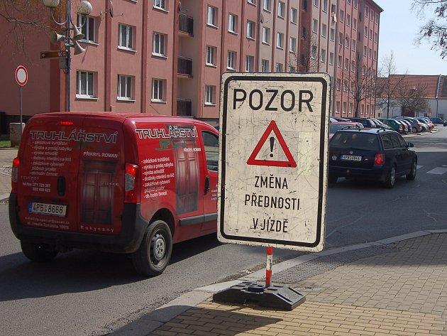V centru Rokycan změnili dopravní značení. I přes zřetelné upozornění je třeba dbát zvýšené pozornosti.