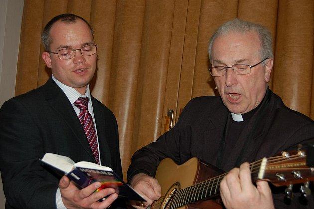 Biskup s kytarou. Představitel plzeňské diecéze František Radkovský (vpravo) se v Liblíně prezentoval i jako výtečný muzikant. Posluchačům zprostředkoval zejména církevní skladby.