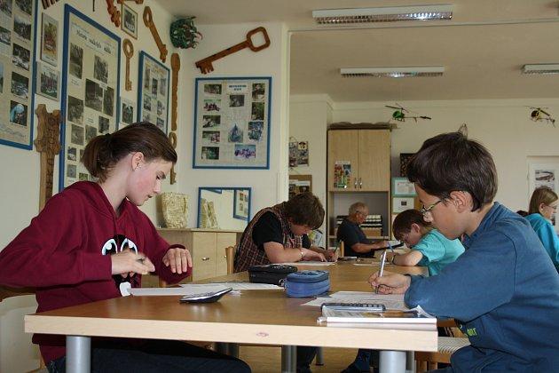 Žáci sedmých tříd bojovali včera při olympiádě Archimediáda. Na snímku se pilně snaží Anna Lukášová ze ZŠ Zbiroh a František Horejš ze ZŠ Stupno.