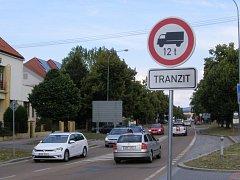 Zákaz vjezdu těžkému tranzitu nad 12 tun na silnici II/605.