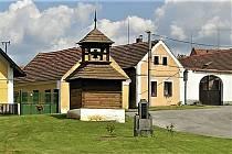 Roubená zvonice na návsi z roku 1827 je památkově chráněným objektem. Před ní se obec stará o pomník obětem první světové války.