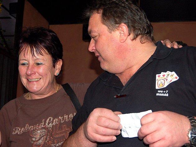 Při turnaji ve voleném mariáši v hrádecké restauraci Beton se prezentovala jedná zástupkyně něžného pohlaví.llona Kurková z Rokycan, která si prohlížela ceny s organizátorem Jiřím Hrdličkou.