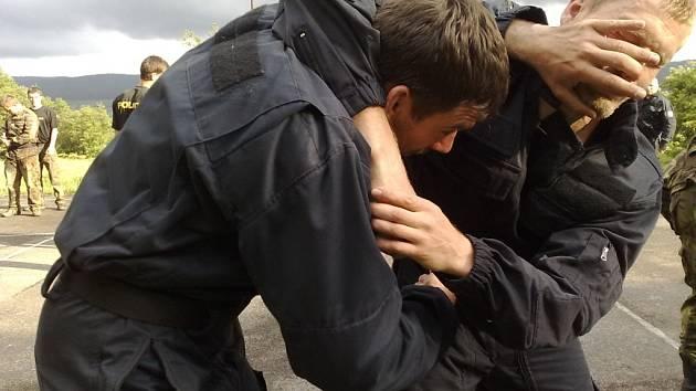 Členové policejních klubů  se  v Mýtě zdokonalovali v  musadu.  Mezi jinými se  akce  účastnili i Plzeňští. Jejich Musado MCS vznikl už v roce 1999.  Na snímku je  zachycena část výcviku obrany proti škrcení.