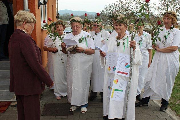 Anna Šímová (vlevo) stála před sedmnácti lety u kolébky Onko klubu Rokycany. V pondělí jí popřála děvčata z tohoto seskupení popřála k 70. narozeninám.