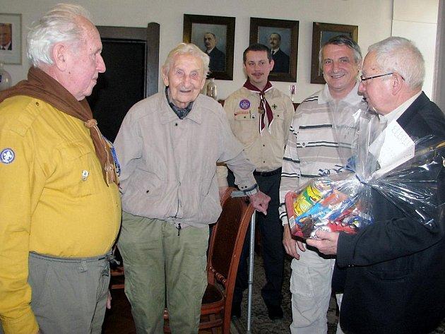 K jubileu 99 let přijal Antonína Prokůpka (druhý zleva) starosta Rokycan Jan Baloun (vpravo).