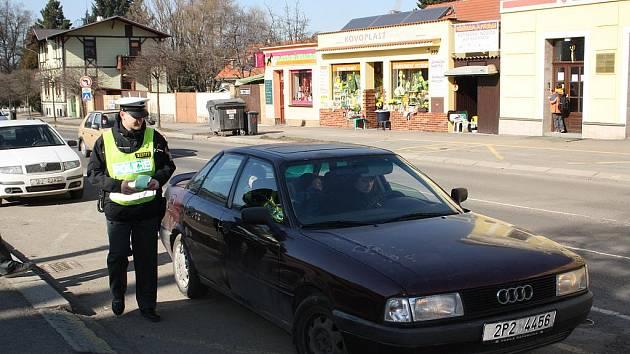 Dopravní policisté včera 2. března v Rokycanech před autobusovým nádražím kontrolovali technický stav vozidel.