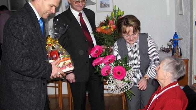 K stému výročí života poblahopřála Jarmile Zajícové z Rokycan i místostarostka města Marie Hlávková a starosta Vladimír Šmolík (vlevo). Nechyběl ani ředitel okresní správy sociálního zabezpečení Luboš Koubík.