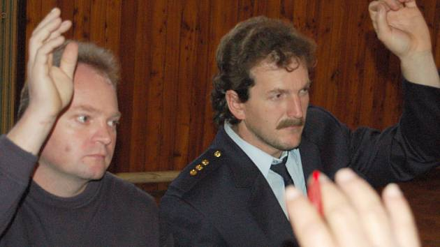 Po vzrušené debatě zvedli starostové hasičských sborů ruce pro rozpočet. Byli mezi nimi Václav Rottenborn z Rakové a Pavel Planeta z Veselé (zleva).