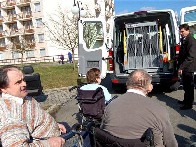 V mirošovském zařízení pro seniory si v úterý obyvatelé prohlédli nový Mercedes Benz Sprinter. Včetně daně stál kolem jednoho milionu a o nákup se postaral krajský úřad.