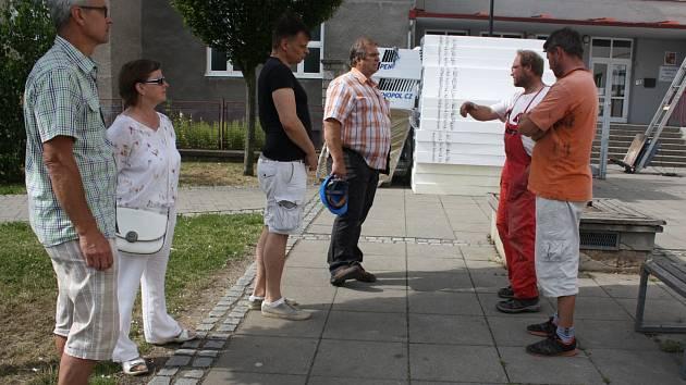ŘEDITEL ZŠ Jižní předměstí Lubomír Nosek (zleva) a místostarostka Rokycan Marie Hlávková včera při kontrolním dnu pozorně sledovali výměnu poznatků stavbařů i dalších zúčastněných a srovnávali postup s harmonogramem.