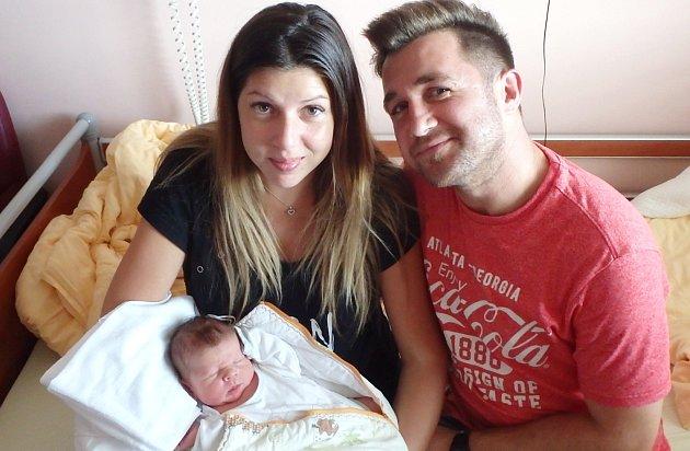 MIKULÁŠ ZDENĚK První potomek maminky Lenky a tatínka Karla se narodil 16. srpna v 0:32 hodin na Gynekologicko - porodnické klinice v Plzni na Lochotíně. Malý Mikuláš vážil 3510 gramů, měřil 49 cm. Pohlaví miminka znali rodiče dopředu.