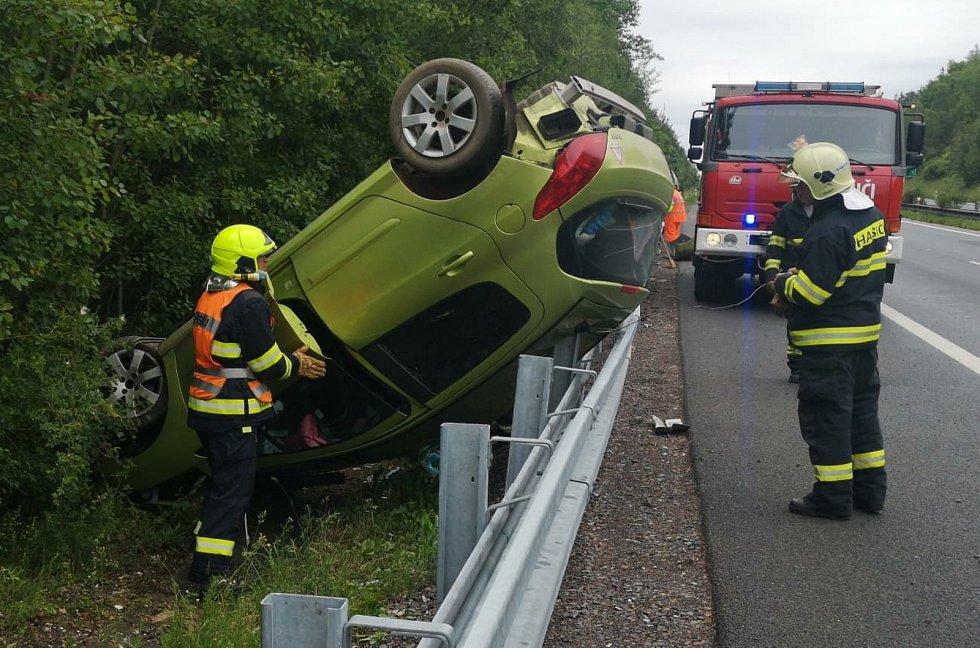 U dálničního sjezdu poblíž Ejpovic boural v neděli odpoledne spěchající řidič osobního vozu Peugeot. Čtyři pasažéři byli převezeni do nemocnic.