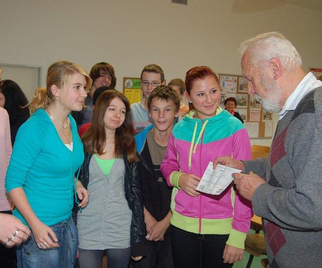 Jan Kotva přišel v závěru minulého týdne za deváťáky z rokycanské školy v ulici Míru.
