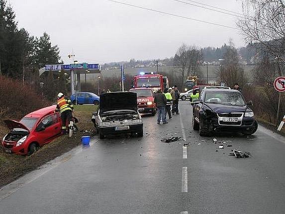 Hromadná havárie  tří osobních automobilů a jedné dodávky u čerpací stanice ve Zbiroze zablokovala v pátek ráno na několik desítek minut dopravu v obou směrech.  I když kolize vypadala velice dramaticky, obešla se bez vážných zranění.