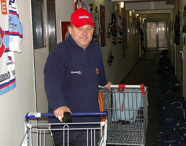 Kustod v akci. Leoš Mitáček z Rokycan je hospodářem reprezentace ČR do 20 let
