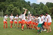 Předávání poháru po zápase v Husových sadech