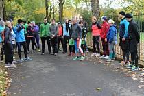 PŘI ZASTÁVKÁCH na okruhu Husovými sady Miloš Škorpil názorně vysvětloval správný běžecký styl.