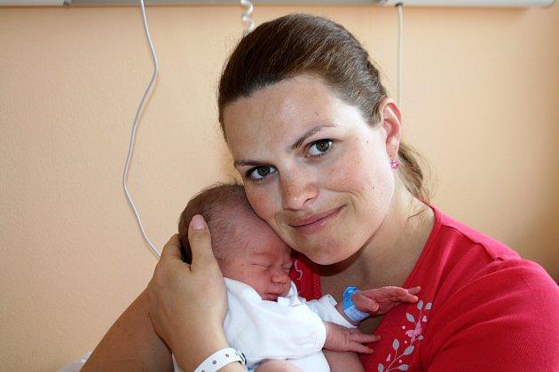 ELIÁŠ HRDINA z Nezvěstic přišel na svět 18. dubna, dvě minuty po páté ráno. Manželé Zuzana a Pavel se nechali pohlavím svého druhého dítěte překvapit. Doma se na miminko těšila devítiletá Linda. Váha 3550 gramů a 52 cm.