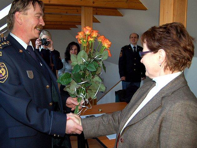 Šéf HZS v Rokycanech Petr Špelina předal ve čtvrtek místostarostce Marii Hlávkové kytici růží. Poděkoval tak městu za nákup auta pro vyšetřovatele.