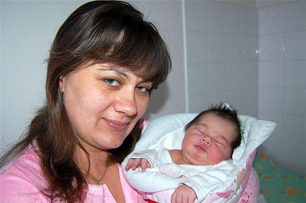 Karolína ČERVENKOVÁ z Kařízku bude mít ve svém rodném listu datum narození 26. října. Přišla na svět ve 20 hodina 20 minut. Manželé Naďa a Michal se nechali pohlavím svého druhého dítěte překvapit. Karolínka vážila při narození 3300 gramů, měřila  50 cm.