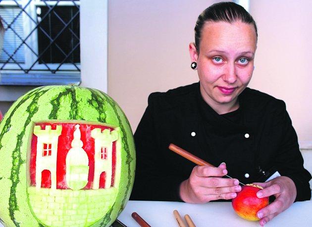 BÁRA ŠANTOROVÁ ze Střední školy Jeřabinová předvedla řezbářské umění v rámci včerejší akce.