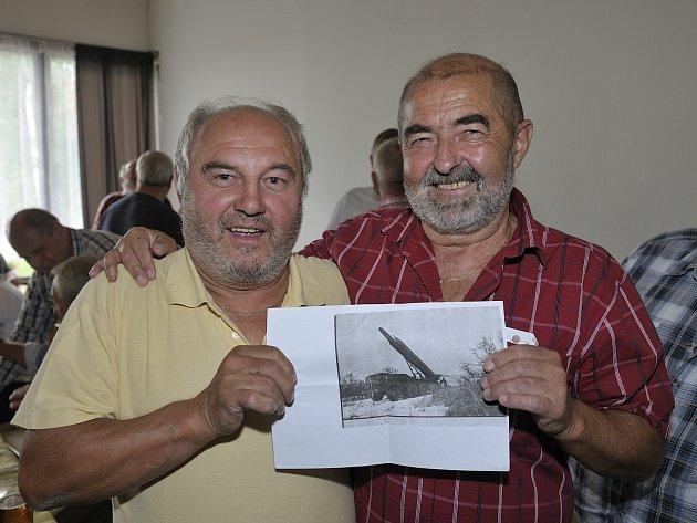 S ÚSMĚVEM vzpomínali vojenští veteráni, mezi nimi i Jirka Pužman a Zdeněk Lang hlavní organizátor setkání (na fotografii vpravo), na téměř půl století staré příběhy, které společně zažili při výkonu základní vojenské služby.