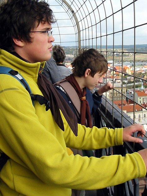 Výstavu 90 let plzeňského skautingu si o víkendu prohlédli skauti z rokycanského střediska Rarášek. Pak vystoupili na věž.
