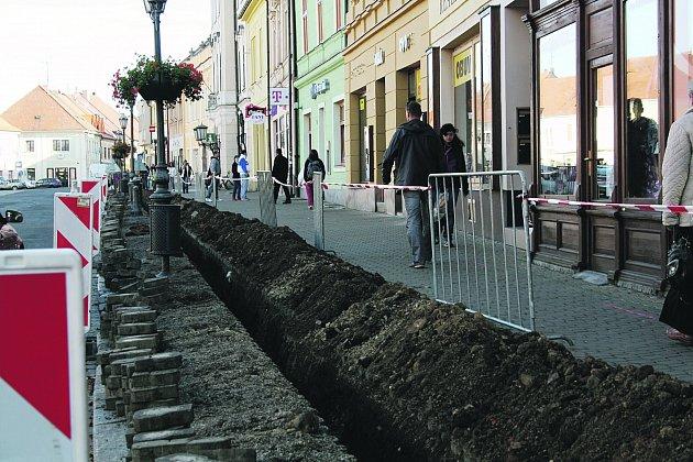 Rozkopání náměstí mělo tentokrát na svědomí pokládání nové větve rychlého propojení center Rokycan, jedná se o optickou metropolitní síť.