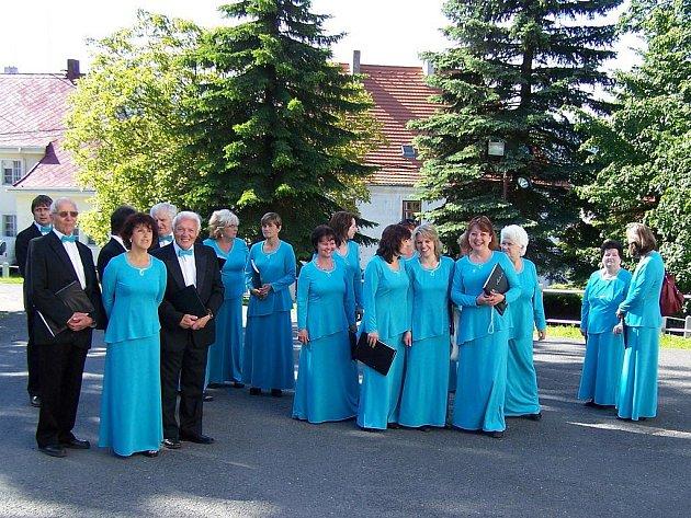 Část souboru Cantate čekající před kostelem v Klenčí na své vystoupení.