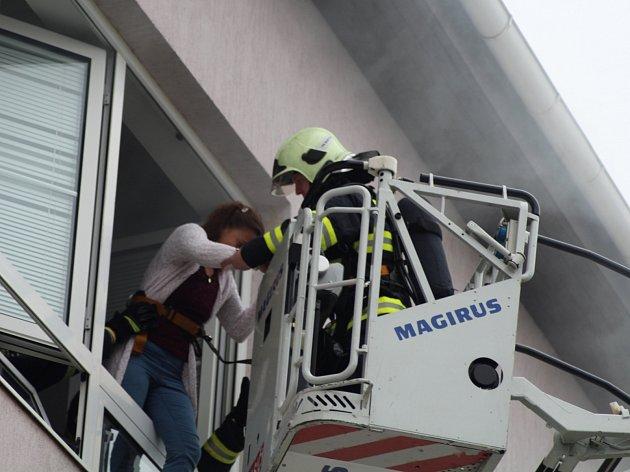 Budova byla evakuovaná. Hasiči následně prohlédli budovu a vyvedli několik studentů, kteří byli ve škole uvěznění. Pomocí plošiny pak profesionálové zachránili z učebny učitelku.