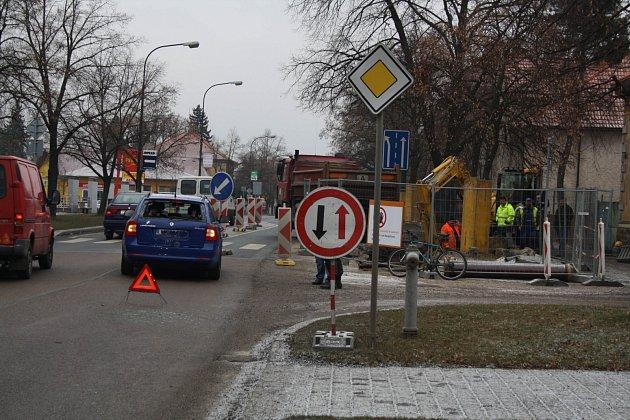 Silnice včera od časných ranních hodin klouzaly. Policisté řešili střet osobního automobilu s bagrem po půl deváté ranní v Plzeňské ulici.