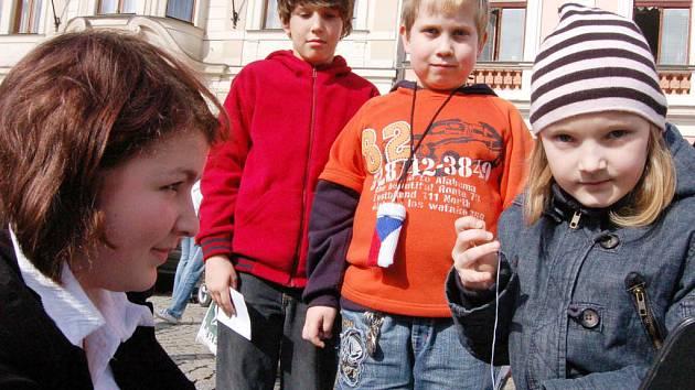 Do jedné z disciplín se zapojila Natálka Vainarová z devítiletky TGM (vpravo) pod dohledem Kateřiny Koláčné. Vyšívání zajímalo i Danielu Kyselovou (druhá zleva) a vedle stojícího Martina Řehořka.