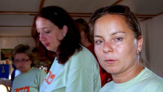 Do čela organizačního štábu Voldušské šlapky byla poprvé za 18 let jmenována příslušnice něžného pohlaví. Ředitelka Radka Novotná (vpravo)  pojala funkci pracovně. V sobotu večer chystala s kolegyněmi desítky porcí guláše.