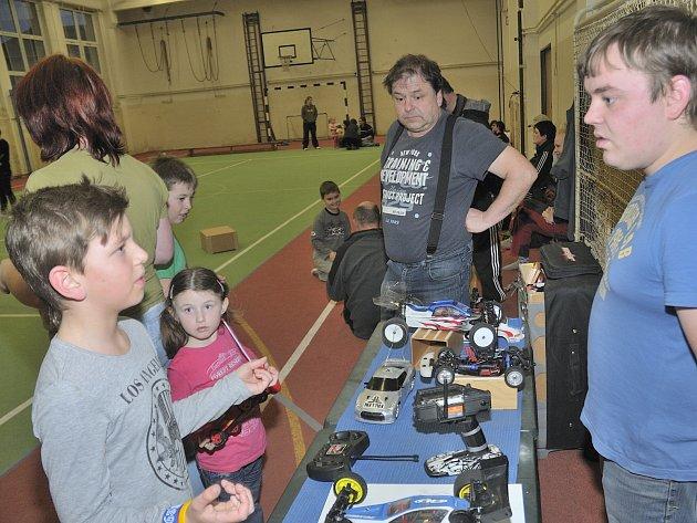 Miloš Vild a jeho syn Honza inspirovali budoucí závodníky v tělocvičně základní školy.