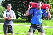 Trénink s vodním válcem, který má objem dvacet litrů, dá zabrat. Společně s trenérem Michalem Šůchou a hokejistou Lukášem Martincem zahájil včera Jaroslav Špaček letní přípravu.