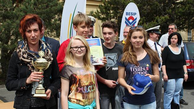 STUPENŠTÍ ŠKOLÁCI v sestavě Štěpán Lisý, David Hučík, Kateřina Spěváčková a Natálie Vildmanová vyhráli včera okresní finále dopravní soutěže v kategorii od 13 do 15 let. Krajské kolo ale kvůli zahraničnímu zájezdu neabsolvují.