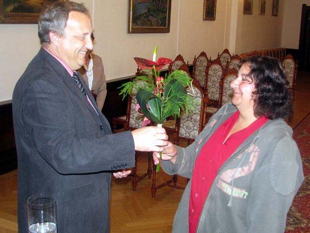 Mezi obyvatele České republiky se v pátek dopoledne zařadila Beáta Janegová z Kařeza.  Při udělení státního občanství byl tajemník Městského úřadu v Rokycanech Slavomír Špicl.